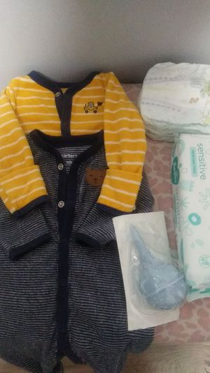 Use clothes very good condition 4 pampers,a pack of baby wipes for Sale in The Bronx, NY