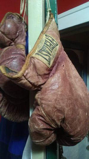 Vintage boxing gloves Everlast. for Sale in Flint, MI