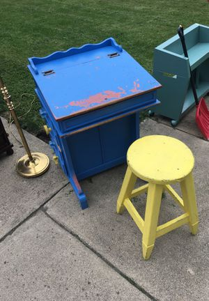 Small desk for Sale in Kendallville, IN