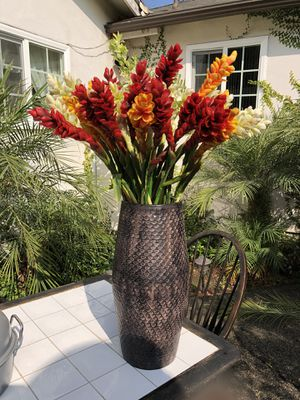 Flower vase more than 30 flowers like new with a new large floor vase for Sale in Los Angeles, CA