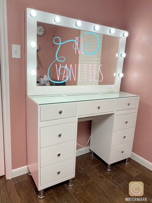 Hollywood mirror and vanity wood for Sale in Manvel, TX