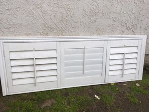 Window shutters 22 3/4ancho x 65 de largo sin molduras y con molduras mide 26 x 74 son dos ventanas for Sale in San Bernardino, CA