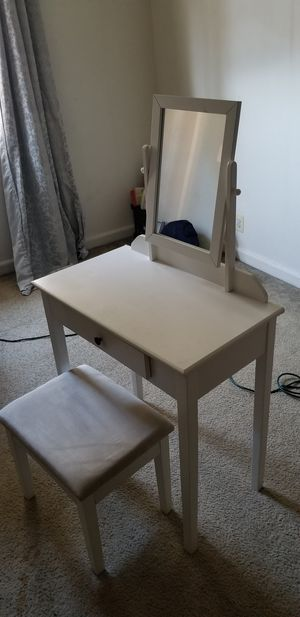 White Vanity with stool for Sale in Mount Rainier, MD