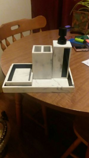 4 piece bathroom accessories for Sale in Lancaster, KY