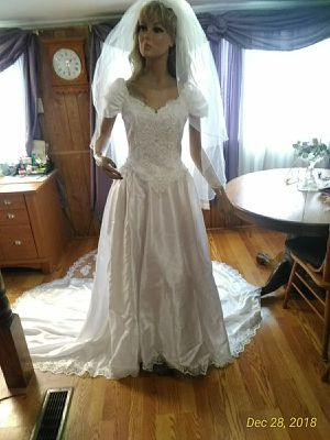 Mom Che'ri wedding gown. Excellent condition size 8 or 10 can't find size in dress for Sale in Bristol, VA