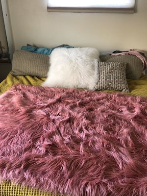 PINK FAUX FUR THROW BLANKET for Sale in Spring Valley, CA