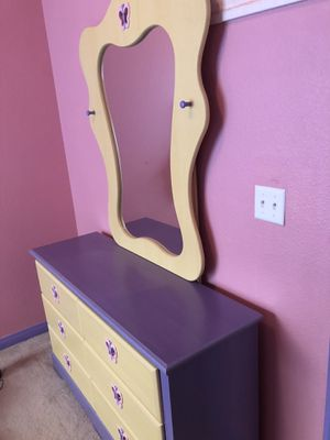 Bedroom set: Drawers and mirror for Sale in Bakersfield, CA