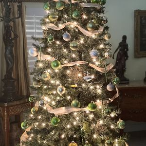 GORGEOUS CHRISTMAS TREE WITH DECORATION 7.5 Ft for Sale in Laguna Niguel, CA