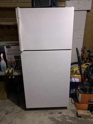 White Top Freezer Refrigerator for Sale in Reynoldsburg, OH