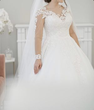 wedding dress and veil. for Sale in Kennewick, WA