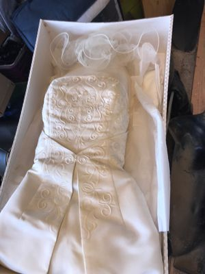 In Wasco CA- Wedding dress size Medium w/vail for Sale in Wasco, CA