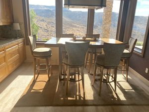 Beautiful wood grain breakfast table with six spinning stool chairs for Sale in Henderson, NV