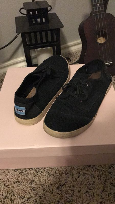 Tom's size 8 black shoes