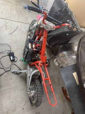 Razor mx500 mini dirt bike electric Battery doesn't want to charge. Comes with everything in the picture and charger. for Sale in Fontana, CA