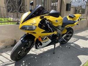 2006 YAMAHA YZF-R1 50th anniversary edition. Low miles. COLLECTIBLE AND RARE. for Sale in Los Angeles, CA