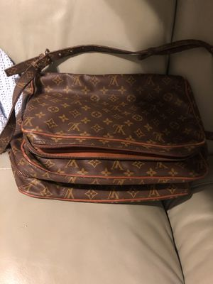 Gorgeous authentic louis vuitton bag for Sale in East Haven, CT