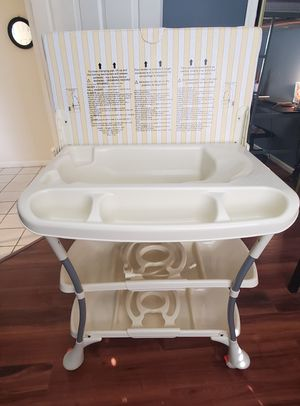 Baby bathtub and Changing table. for Sale in VLG WELLINGTN, FL