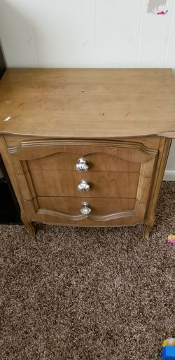Nightstand or small dresser for Sale in Prineville,  OR