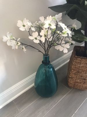 Glass vase with dogwood silk flowers for Sale in Westchase, FL