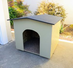 BIG DOG HOUSE (w/carpet) for Sale in Oakland, CA
