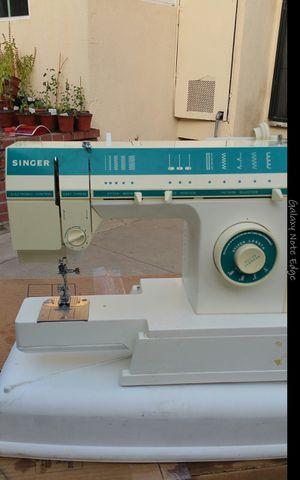 coser singer nomas le falta el pedal y la vovina cose vien condisiones industrial una aguja for Sale in Baldwin Park, CA