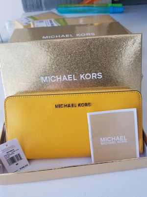 Authentic Michael Kors jasmine Yellow wallet (new with tags with Box) for Sale in Lincoln Acres, CA