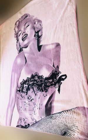 Marilyn Monroe Luxury Plush Heavy Fleece Faux Fur Pink Queen Sized Blanket for Sale in Rialto, CA