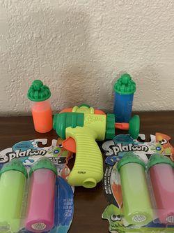 Splatoon gun & 2 sealed packs of splatter for Sale in Longview,  TX