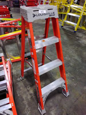 4ft Fiberglass Step Ladder for Sale in Atlanta, GA