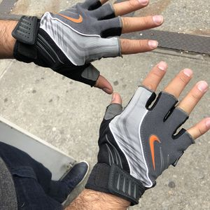 Nike Workout gloves (Tribeca Manhattan) NikeFitDry for Sale in New York, NY