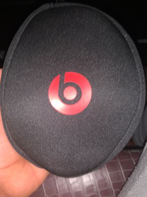 White/sliver Beats solo 1.(comes with case and aux cord). for Sale in Austell, GA