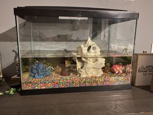 Fish tank with 6 decor items included. Fish not included . for Sale in Oak Glen, CA