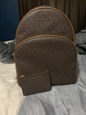 Authentic Michael Kors big backpack/ wallet for Sale in Lincoln Acres, CA