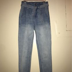 Almost Famous High waisted Light Washed Buttlifting Skinny jeans. Size 0 - 2 . for Sale in Alexandria,  TN