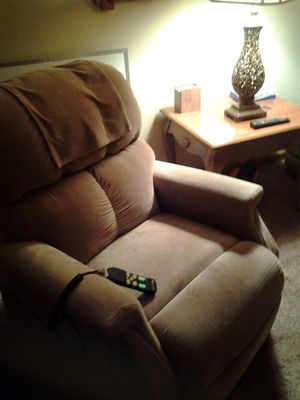 Lift chair recliner exelant condition purfect for mothers and father's or grandparents must see for Sale in Wichita, KS