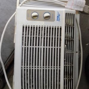 WINDOW AC UNIT 5000BTU for Sale in Miami, FL