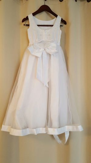 *NEEDS CLEANING AND SWEING* White Flower girl dress size 8 for Sale in Ashburn, VA