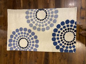 """2'6"""" x 4' safavieh Soho collection 100% wool small rug. $30 for Sale in Bourbonnais, IL"""