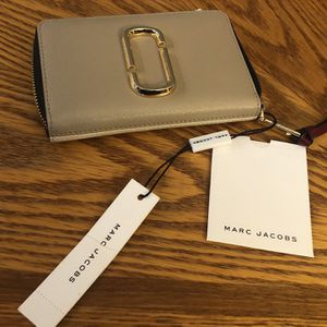 Brand New Marc Jacobs Small Snapshot Rip Around Leather Wallet for Sale in Fairfax, VA
