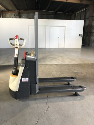 CROWN FORKLIFT-ELECTRIC PALLET JACKET for Sale in Pomona, CA