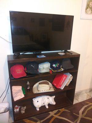televisión y mueble de madera en excelentes condiciones for Sale in Lynwood, CA