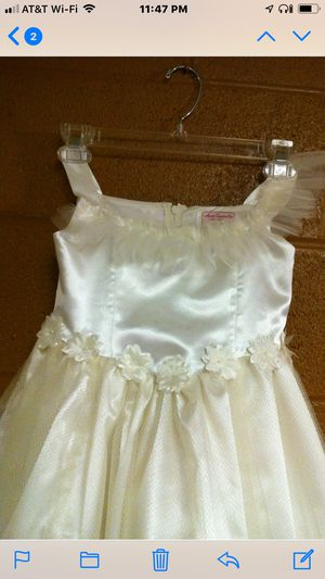 Ivory Flower Girl's Dress w/Flower Appliqués & Tulle Overlay (size- 5-6) for Sale in Norristown, PA