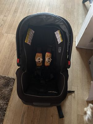 Infant car seat and base for Sale in Scranton, PA