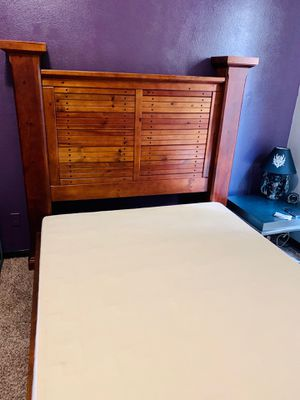 Solid wood queen bed for Sale in Valrico, FL