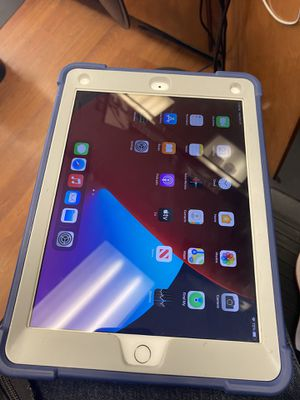 iPad 6th generation 32 gig for Sale in Parkton, NC