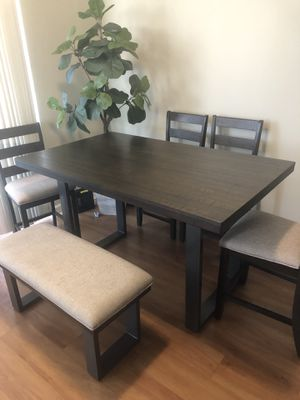 Wood table. Barely used. Excellent condition, comes with chairs and bench for Sale in Miami, FL