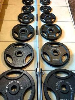 Brand New 🎁 300 lbs Olympic Weight Set + 45 LBS Olympic Barbell with Spring Collar Clips🏋🏻♀️💪 for Sale in Stockton,  CA