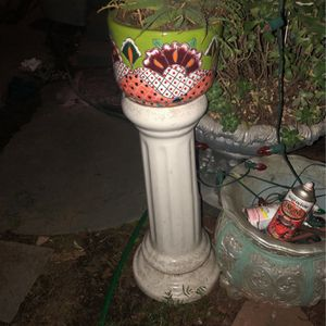 2 ITEMS TELAVERA POT AND PEDESTAL for Sale in Long Beach, CA