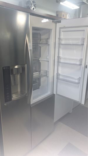 LG SIDE BY SIDE STAINLESS STEEL REFRIGERATOR EXCELLENT CONDITION for Sale in Elkridge, MD