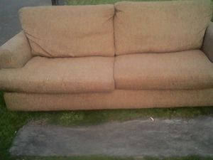 FREE retro couch......don't see any rips or tears....alley location behind 1006 West Market Street Aberdeen....come and get it! for Sale in Aberdeen, WA